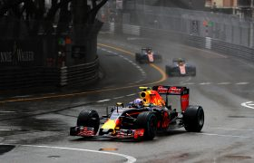 Verstappen valt uit in Monaco door crash
